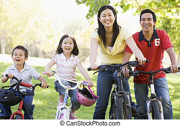 família, bicicletas, Ao ar livre, sorrindo