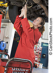coche, mecánico, trabajando, debajo