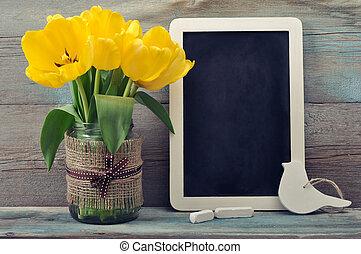 Tulips with blank blackboard - Beautiful tulips bouquet in...