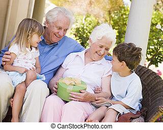 abuelos, nietos, Patio, regalo, sonriente