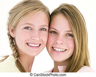 niña, amigos, dos, juntos, sonriente
