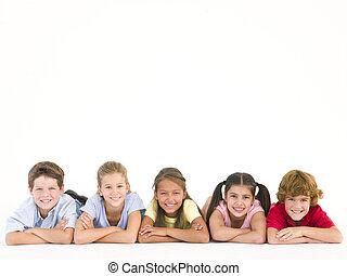 fila, cinco, amigos, acostado, Abajo, sonriente