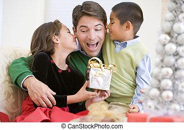 pai, sendo, dado, Um, Natal, presente, por, seu, filha, e,...