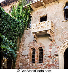 Juliet\'s house - Statue of Juliet and the balcony of her...