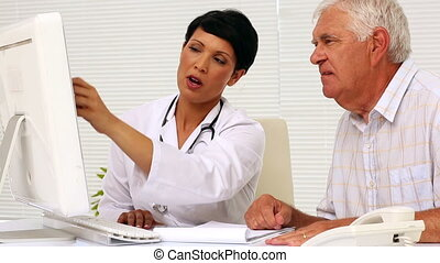 Doctor explaining something on com - Doctor explaining...