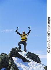 jovem, homem, celebrando, Alcançar, topo, montanha