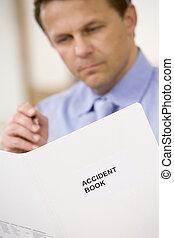 homem negócios, Dentro, olhar, acidente, livro