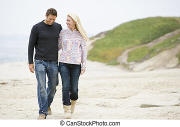 pareja, ambulante, playa, sonriente