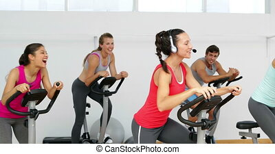 Spinning class in fitness studio le