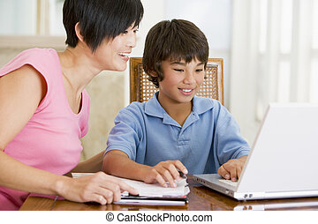 mulher, ajudando, jovem, Menino, laptop, dever casa, jantar,...