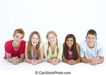 cinco, amigos, acostado, Abajo, fila, sonriente