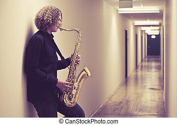 homem, tocando, saxofone, corredor