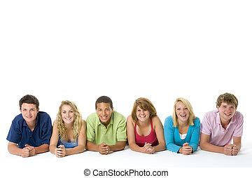 Adolescentes, acostado, Abajo, en, Un, fila