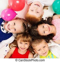crup, círculo, niños, acostado, feliz