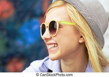 retrato, sonriente, joven, hipster, Aire libre