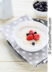 oatmeal with berries, healthy breakfast