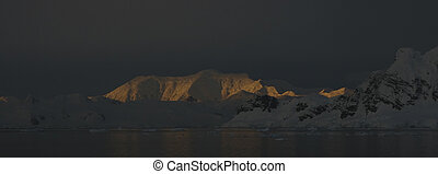 Mountains at sunset - Snow-covered mountains on Antarctic...