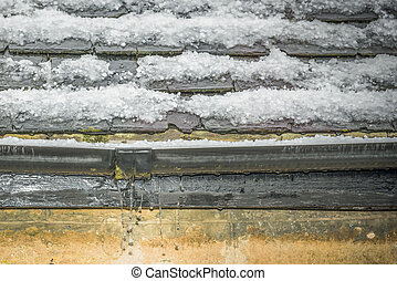 Leaking gutter - Gutter leaking water