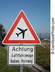 Warnung Schild vor Flugzeuge am blauen Himmel im Hintergrund