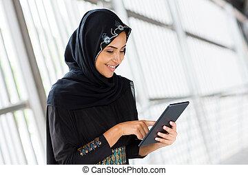 Arabe, femme, tablette, informatique