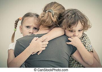 triste, crianças, Abraçando, seu, mãe