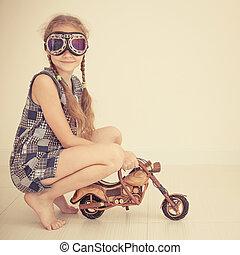 pequeno, brinquedo, motocicleta, menina, ÓCULOS