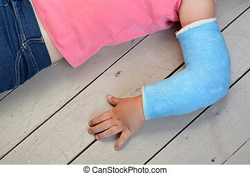 Child with arm cast - Child with a broken arm wearing a...