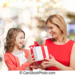 sorrindo, mãe, filha, PRESENTE, caixa