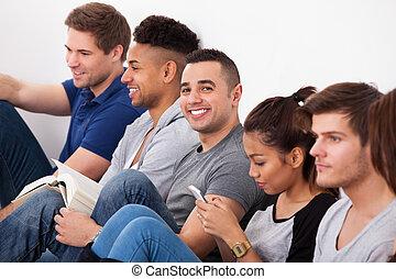 feliz, colegio, Estudiante, Sentado, con, compañeros...