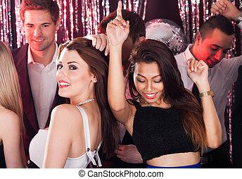 alegre, amigos, bailando, en, club nocturno