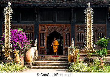 Old monk sitting on the doorsteps of a temple - Chiang Mai,...
