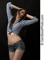 jovem, modelo, posar, sobre, escuro, fundo