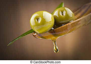 dois, azeitonas, folhas, gota, óleo, madeira, colher