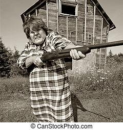 enojado, mujer, grande, arma de fuego