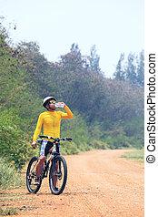 joven, bicicleta, (cyclist), hombre, bebida, fresco, agua,...
