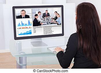 mujer de negocios, teniendo, vídeo, conferencia