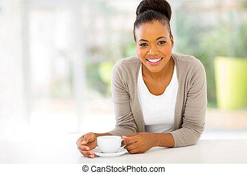 Afro, norteamericano, mujer, bebida, café
