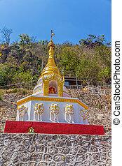 Pagoda at Pindaya caves entrance - Small stupa with statues...