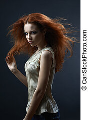 bonito, vermelho-haired, menina, escuro