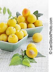 yellow plums - Fresh fragrant yellow plums, summer still...