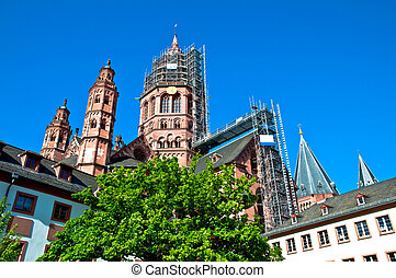 Mainz Cathedral with tree