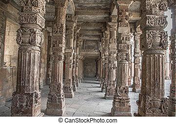 Pillars in qutub complex forming pathways.