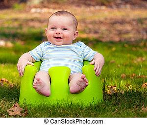 Feliz, bebê, usando, treinamento, assento