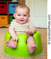 bebê, Menino, usando, treinamento, Bumbo, assento