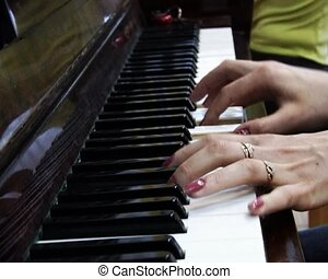 hands play on piano