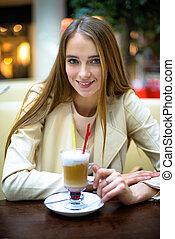 hermoso, sonriente, mujer, bebida, café, coctail,...
