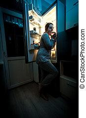 hambriento, mujer, comida, noche, refrigerador
