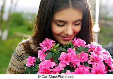 jovem, mulher, cheirando, Cor-de-rosa, flores
