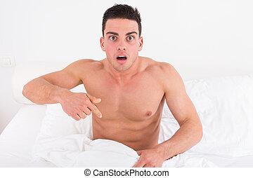metade, pelado, jovem, homem, cama, olhar, BAIXO, seu, roupa...