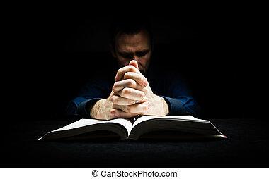 homem, orando, Deus, seu, mãos, Descansar,...